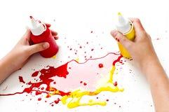 Mãos e pintura das crianças fotografia de stock royalty free