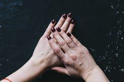 Mãos e pregos Foto de Stock Royalty Free
