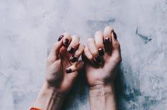 Mãos e pregos fotografia de stock