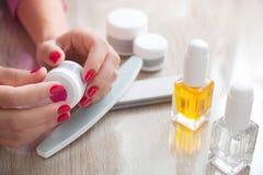 Mãos e pregos bonitos da mulher com tratamento de mãos perfeito Conceito do tratamento da beleza Ferramentas do tratamento de mão Foto de Stock Royalty Free