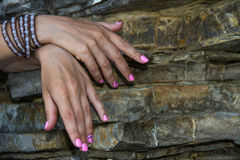Mãos e rochas Fotografia de Stock