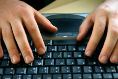 Mãos e teclado fotografia de stock