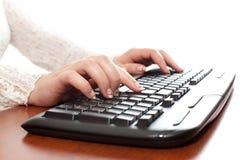 Mãos elegantes que datilografam no desktop Fotos de Stock Royalty Free