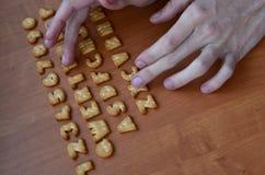 Mãos em botões do teclado do biscoito Fotos de Stock
