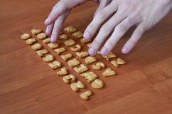 Mãos em botões do teclado do biscoito Fotos de Stock Royalty Free