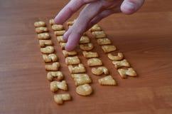 Mãos em botões do teclado do biscoito Imagens de Stock