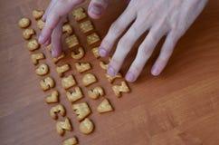 Mãos em botões do teclado do biscoito Fotografia de Stock