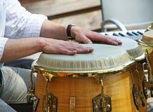 Mãos em cilindros de bongos foto de stock