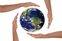 Mãos em torno de uma vista satélite da terra Fotos de Stock Royalty Free