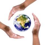 Mãos em torno do globo da terra - natureza e ambiente Foto de Stock