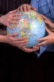 Mãos em um globo foto de stock