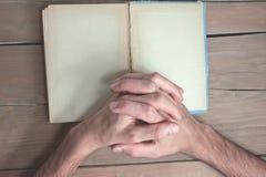 Mãos em um livro Foto de Stock Royalty Free
