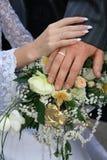 Mãos em um ramalhete nupcial Imagem de Stock Royalty Free