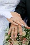 Mãos em um ramalhete nupcial Fotografia de Stock