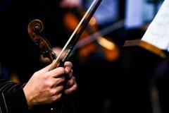 Mãos em um violino Fotografia de Stock