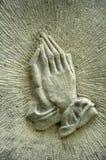 Mãos em uma lápide Imagem de Stock Royalty Free