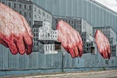 Mãos em uma parede da construção imagens de stock royalty free