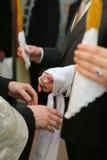 Mãos encadernadas durante o casamento da igreja ortodoxa Fotos de Stock Royalty Free