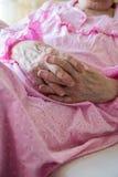 Mãos enrugadas de uma mulher superior Fotografia de Stock