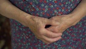 Mãos enrugadas mulher adulta Fim acima video estoque