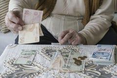 Mãos enrugadas que contam cédulas da lira turca Imagem de Stock