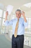 Mãos envelhecidas médias do homem de negócios levantadas Fotos de Stock Royalty Free