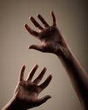 Mãos escuras foto de stock