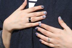 Mãos fêmeas bonitas com tratamento de mãos extraordinário Projeto criativo do prego no azul Cores ultra à moda do verniz para as  Fotos de Stock Royalty Free