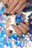 Mãos fêmeas bonitas com tratamento de mãos da arte do prego Imagem de Stock Royalty Free