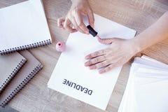 Mãos fêmeas bonitas que colorem pregos Imagens de Stock Royalty Free