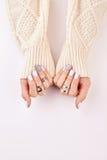 Mãos fêmeas com anéis prateados e tratamento de mãos azul Fotografia de Stock Royalty Free