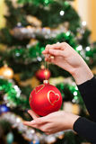 Mãos fêmeas com brinquedo do Natal Foto de Stock Royalty Free