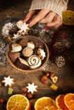 Mãos fêmeas com decoração do Natal Fotografia de Stock Royalty Free