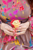Mãos fêmeas com gelado Imagem de Stock