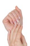 Mãos fêmeas com manicure francês Fotografia de Stock