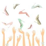 Mãos fêmeas com sapatas Fotografia de Stock