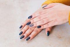 Mãos fêmeas com tratamento de mãos festivo fotografia de stock royalty free