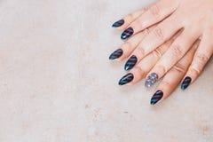 Mãos fêmeas com tratamento de mãos festivo imagens de stock royalty free