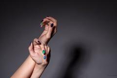 Mãos fêmeas com tratamento de mãos no estúdio fotos de stock