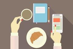 Mãos fêmeas com xícara de café e telefone com fundo liso Imagens de Stock