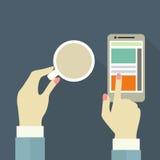 Mãos fêmeas com xícara de café e telefone no fundo azul Imagens de Stock