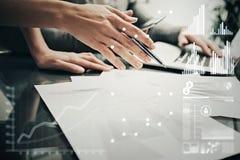 Mãos fêmeas da foto com pena Escritório moderno de trabalho do projeto de investimento do grupo de Businessmans Usando o portátil Imagens de Stock