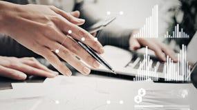 Mãos fêmeas da foto do close up com pena Escritório moderno de trabalho do projeto de investimento do banco do grupo de Businessm Fotos de Stock Royalty Free