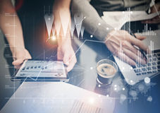 Mãos fêmeas da foto que guardam a tabuleta moderna Gerentes de departamento financeiro que trabalham o projeto global novo no esc Fotos de Stock Royalty Free