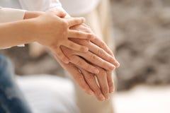 Mãos fêmeas delicadas de três gerações fotos de stock