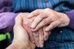 Mãos fêmeas idosas foto de stock royalty free