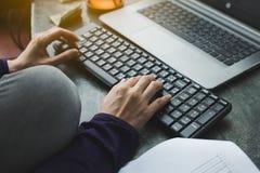 Mãos fêmeas no teclado fotografia de stock royalty free