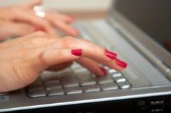 Mãos fêmeas no teclado Fotografia de Stock