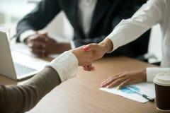 Mãos fêmeas preto e branco que agitam na reunião de grupo, close up Imagem de Stock
