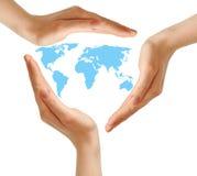 Mãos fêmeas que cercam o mapa de mundo no branco Fotografia de Stock Royalty Free